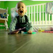 Bébé qui s'amuse dans sa chambre