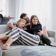 Famille qui respire de l'air propre grâce à des conduits d'air